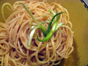 Garlic Noodles with Curly Onion