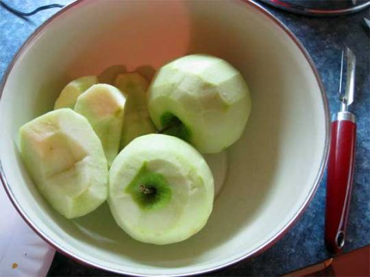 peeled apples in a bowl